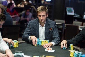Does a straight beat a flush in texas holdem