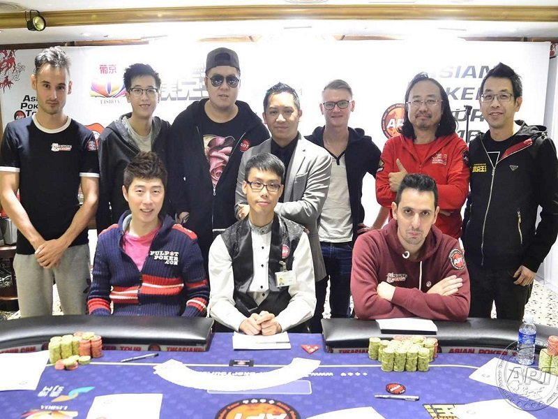 A table of pros at the Final 8 of the APT Macau Main Event