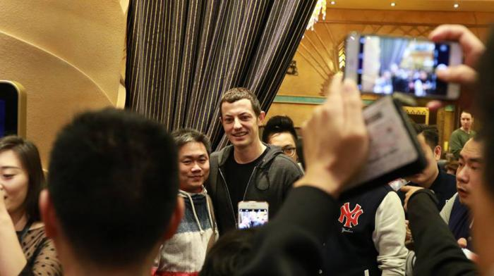 Tom_Dwan_and_fans__1490240103_78000