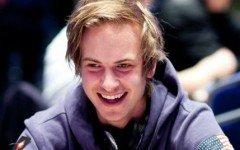 Viktor Blom Smiling F5 Orig F5420 240x150